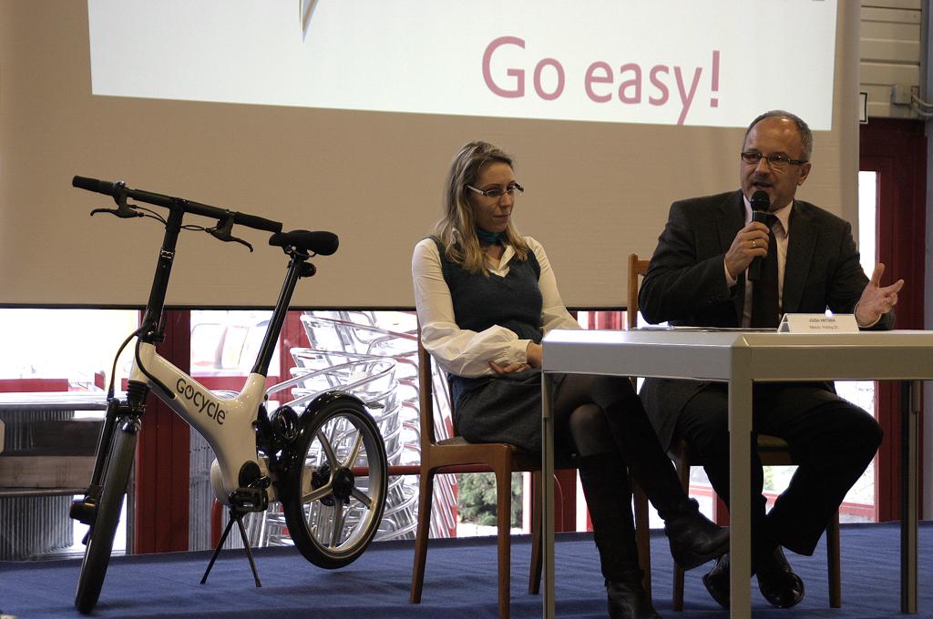 A miniszter úr méltatja a pedeleces bringát
