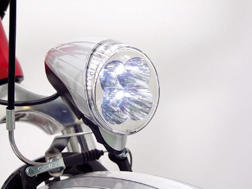 A megszokottól eltérően a lámpa az akksiról kapja az áramot. Ügyes!