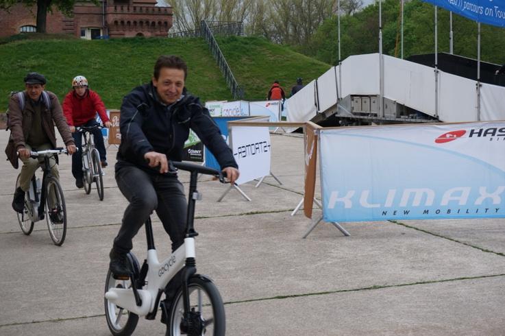 Elektromos kerékpár tesztpálya rámpával